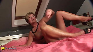 Amateur housewife squirting all over her bed