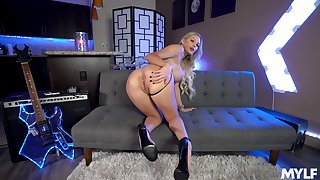 Kenzie Taylor adores to show her naked added to perfect body to the camera