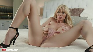 Hot mature mom reveals pussy on cam when home alone